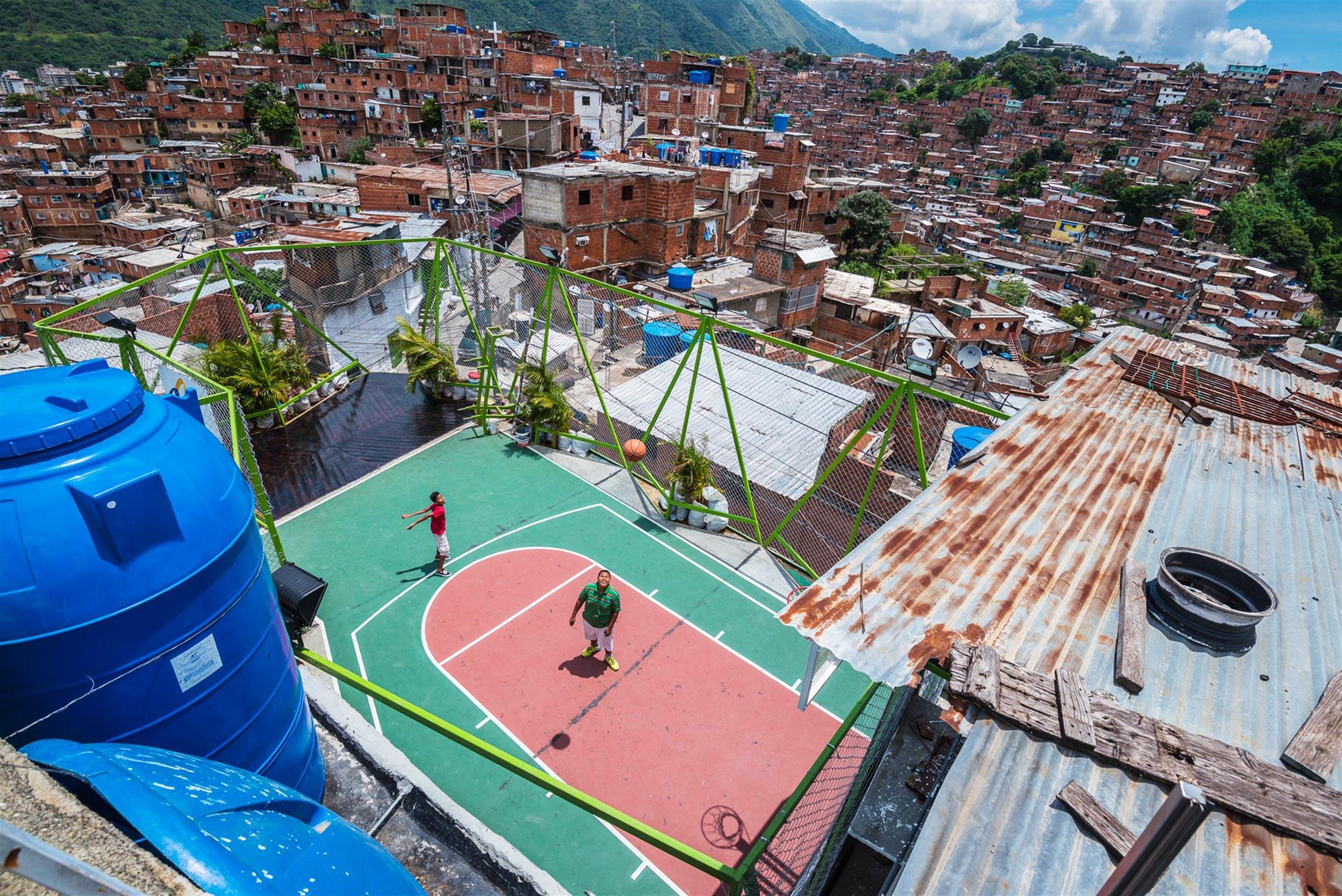 Customized size and shape basketball court. La Ye 5 de Julio, Petare, Caracas. Image Credit: José Bastidas